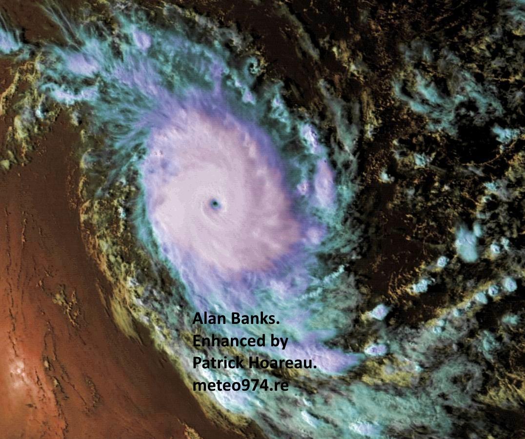 Cliquez sur l'image.CILIDA capturé par le satellite chinois Fy2E le 21/12/18 à 15h30. Il présente alors sa meilleure signature satellite avec un petit oeil très net noyé dans de la convection très intense.