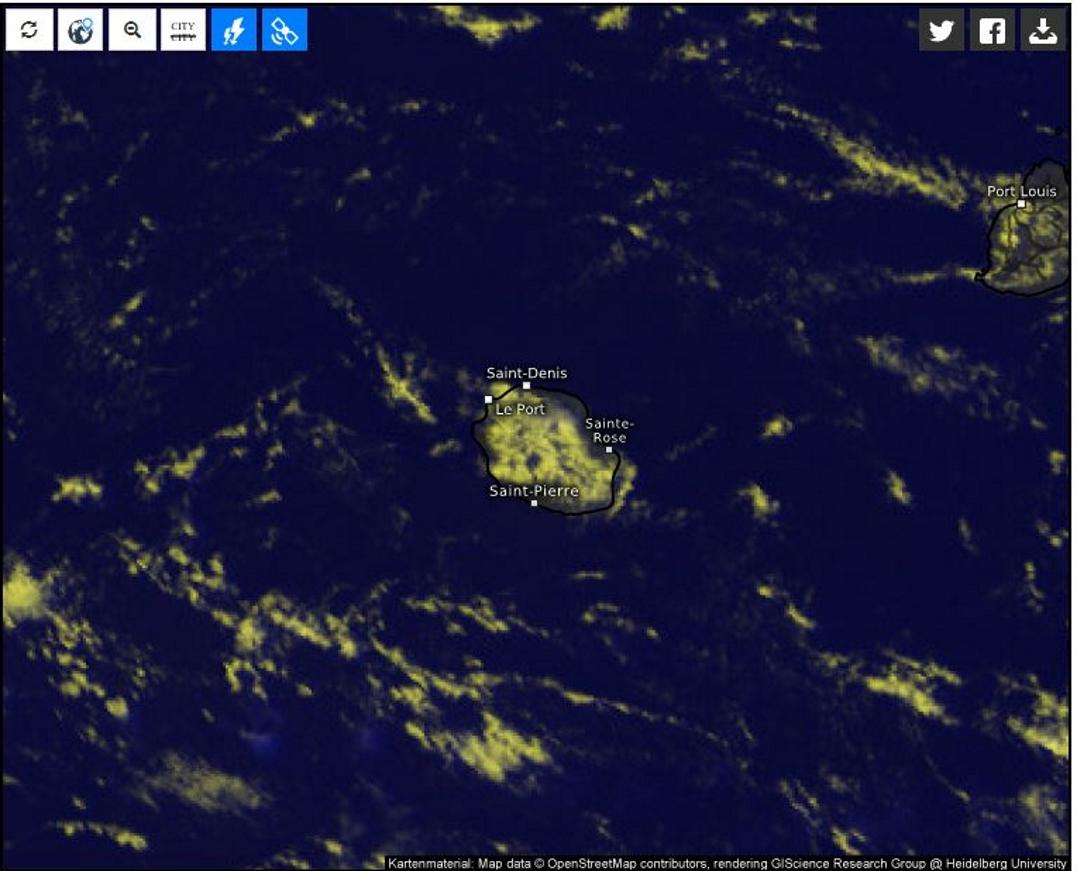 13h30. Plusieurs sommets de la Réunion sont encore au dessus des nuages. Beaucoup de soleil sur le littoral sauf sur le nord ouest.