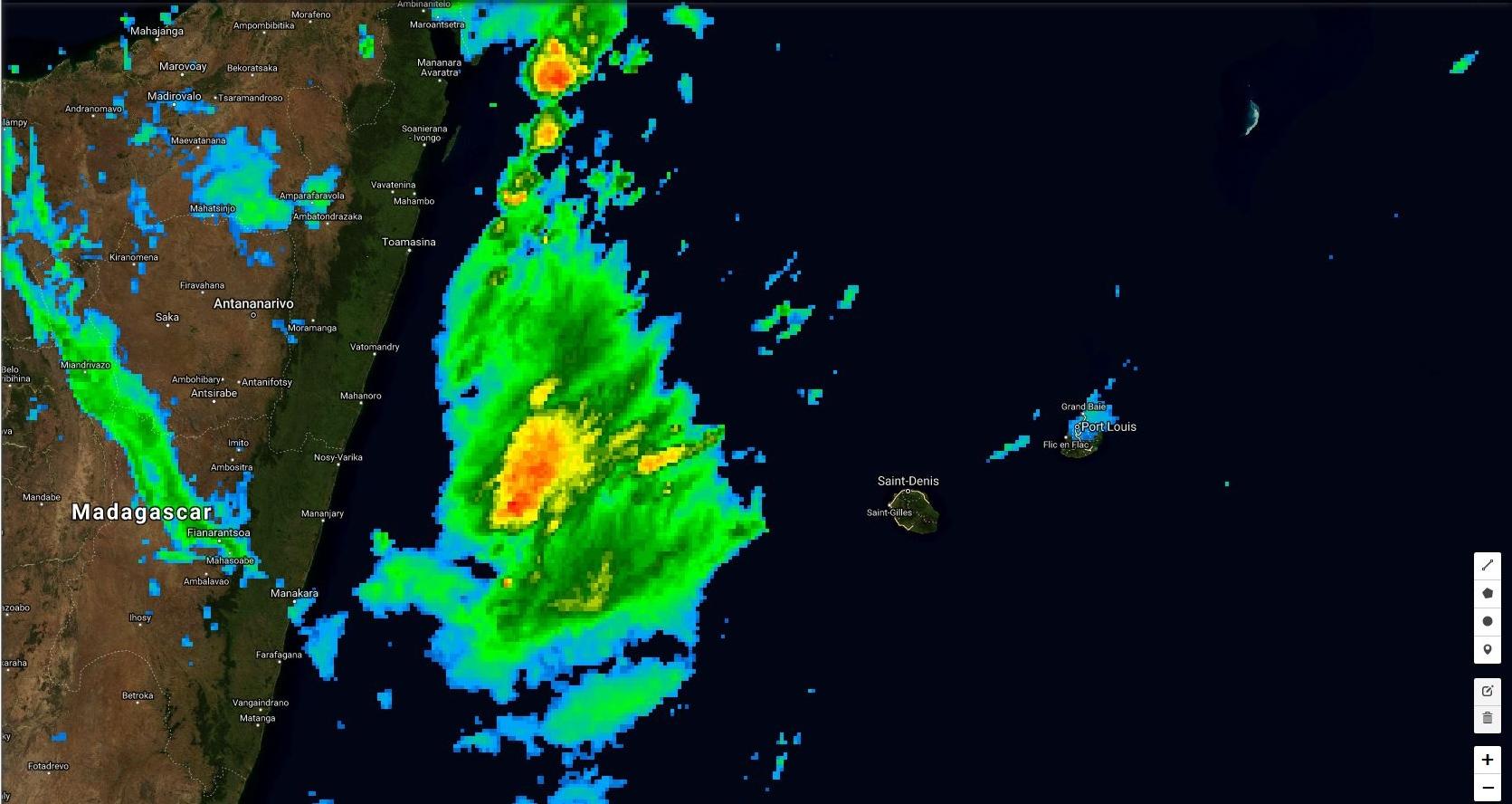 07h: une large zone pluvio-orageuse se situe entre Mada et la Réunion.