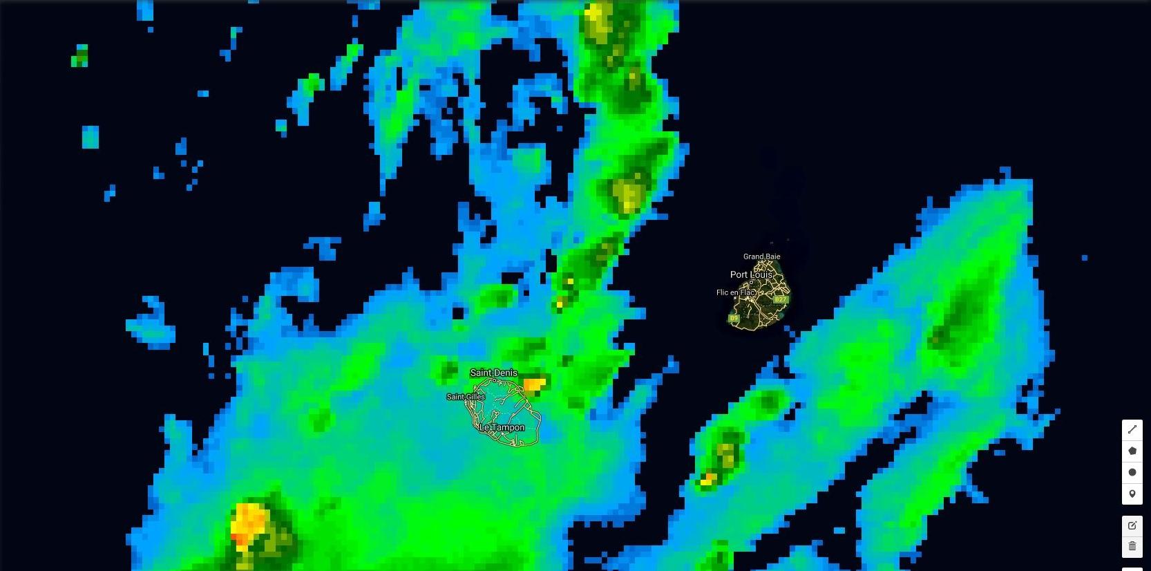 20h: un foyer orageux est en mer au large de Saint Benoît. Plus loin dans le flux de nord est on voit plusieurs cellules orageuses modérement actives. Maurice est à nouveau à l'écart.