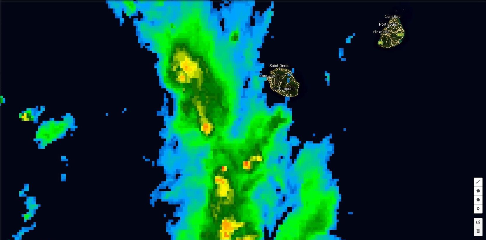 18h: les nuages actifs circulent en mer à moins de 80km à l'ouest de la Réunion. En bordure de cette zone d'activité les vents de nord est devraient diriger des entrées maritimes sur l'est et le nord de la Réunion la nuit prochaine.