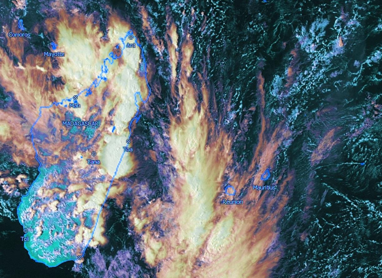 La photo sat Météosat de 16h que j'ai travaillée un peu montre d'importants foyers pluvio-orageux sur l'est et le nord de Madagascar dont un très actif qui s'est développé au sud de Tamatave dans l'après midi.