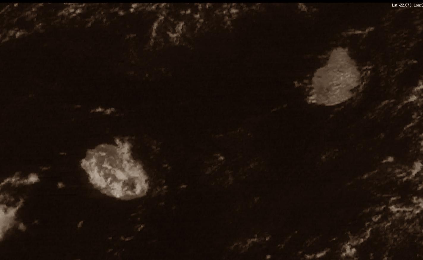 Les Iles soeurs capturées par Insat3D à 10h. Peu de nuages sur Maurice. Les mi pentes de la Réunion commencent à voir leur ciel s'encombrer. Le volcan est en majorité sous le soleil. Image courtesy of IMD.
