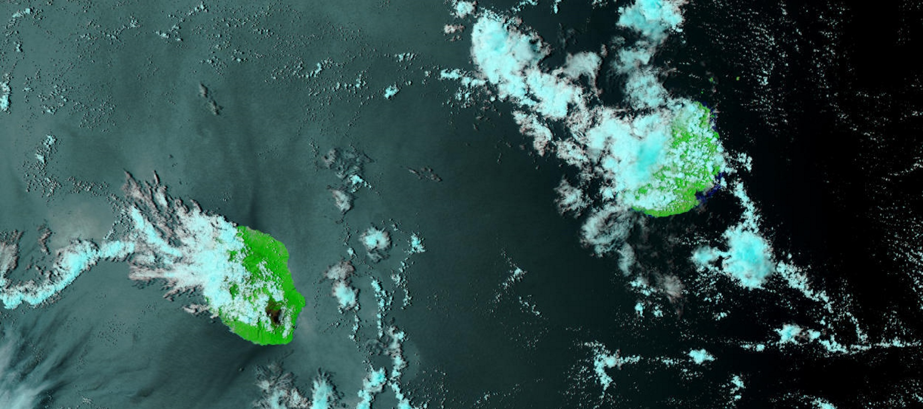 Formations nuageuses sur l'ouest des deux îles. Les vents d'est dégagent le ciel des autres régions. Le volcan est sous le soleil. Npp 13h48.