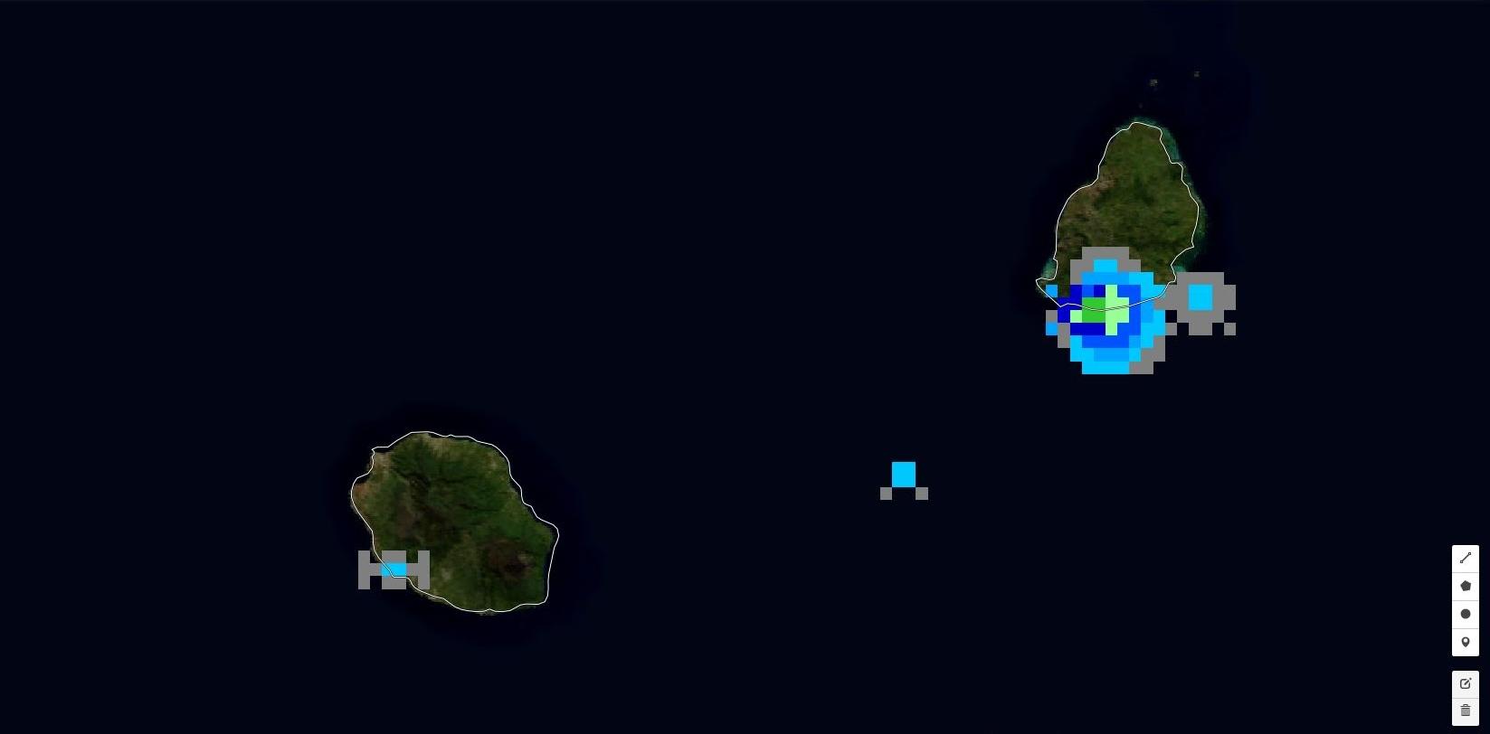 13h46: les foyers pluvio-orageux se développent localement sur les îles cet après midi.