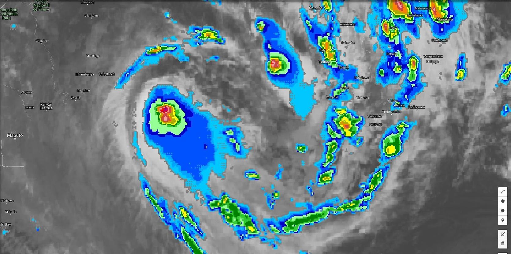 01h: même si la convection est encore rejetée au sud du centre les bandes spiralées ont meilleure allure. La signature satellite s'améliore très progressivement. Le système pourrait s'intensifier ces prochaines 24/36heures.