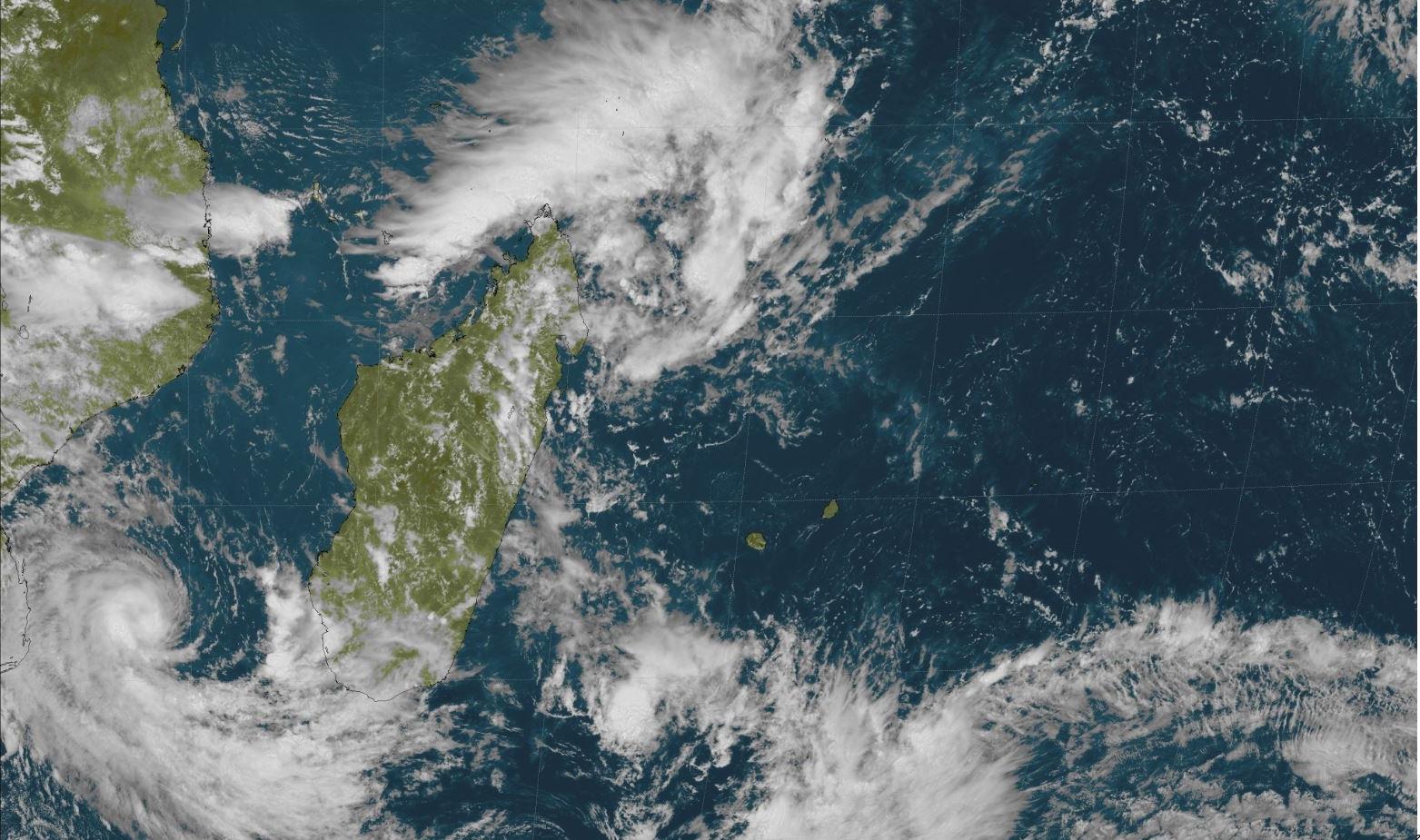 Météosat 13h: sur la gauche on voit bien DESMOND alors que la zone suspecte 93S au large des côtes nord est de Madagascar est sous surveillance. Les Iles Soeurs sont dans une zone sèche. Crédit: R.Maujean, 4Bornes.