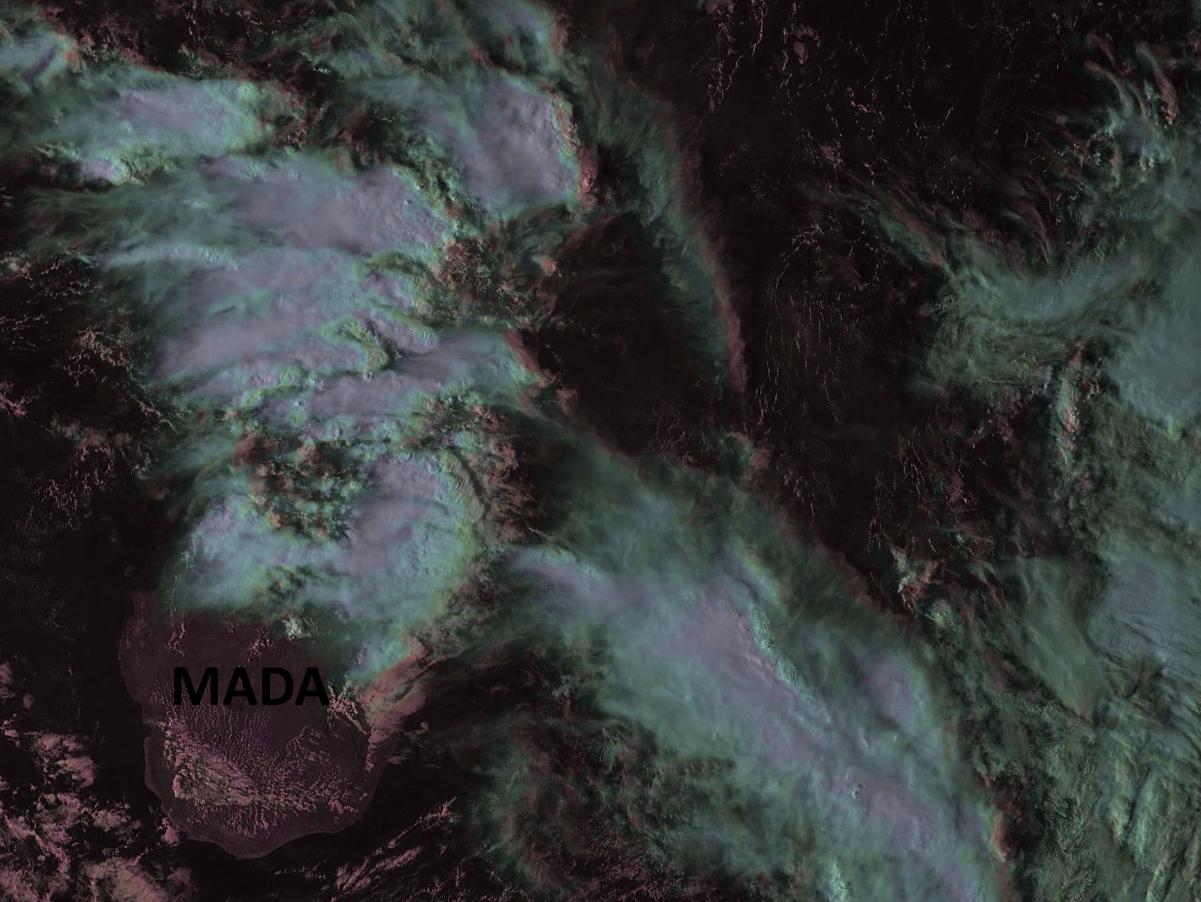 """Photo satellite de 17h tout juste reçue. Forte activité pluvio-orageuse sur Mada et ligne active à l'ouest sud ouest de la Réunion. Image A.Banks que j'ai travaillée. Les nuages actifs ressortent en """"rose""""."""