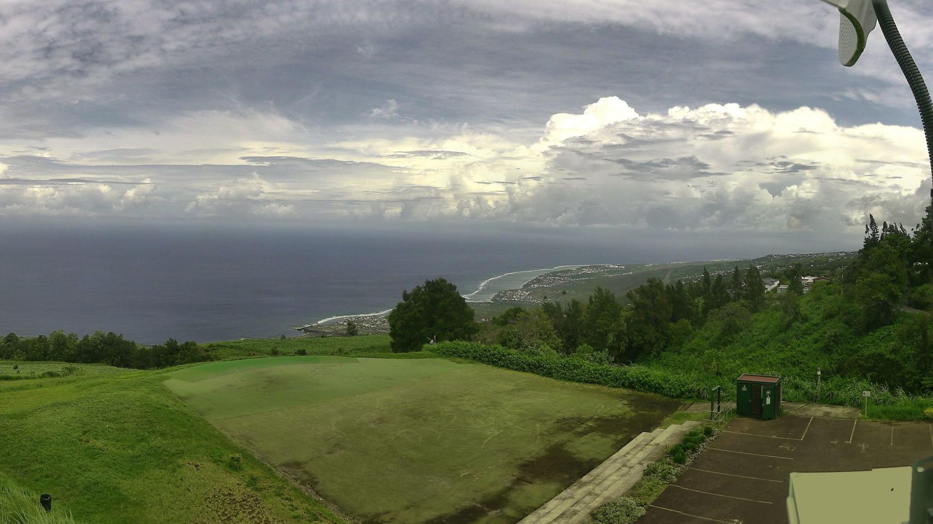 Vue depuis les Colimaçons à 11h15. Nuages d'orages visibles à l'horizon.