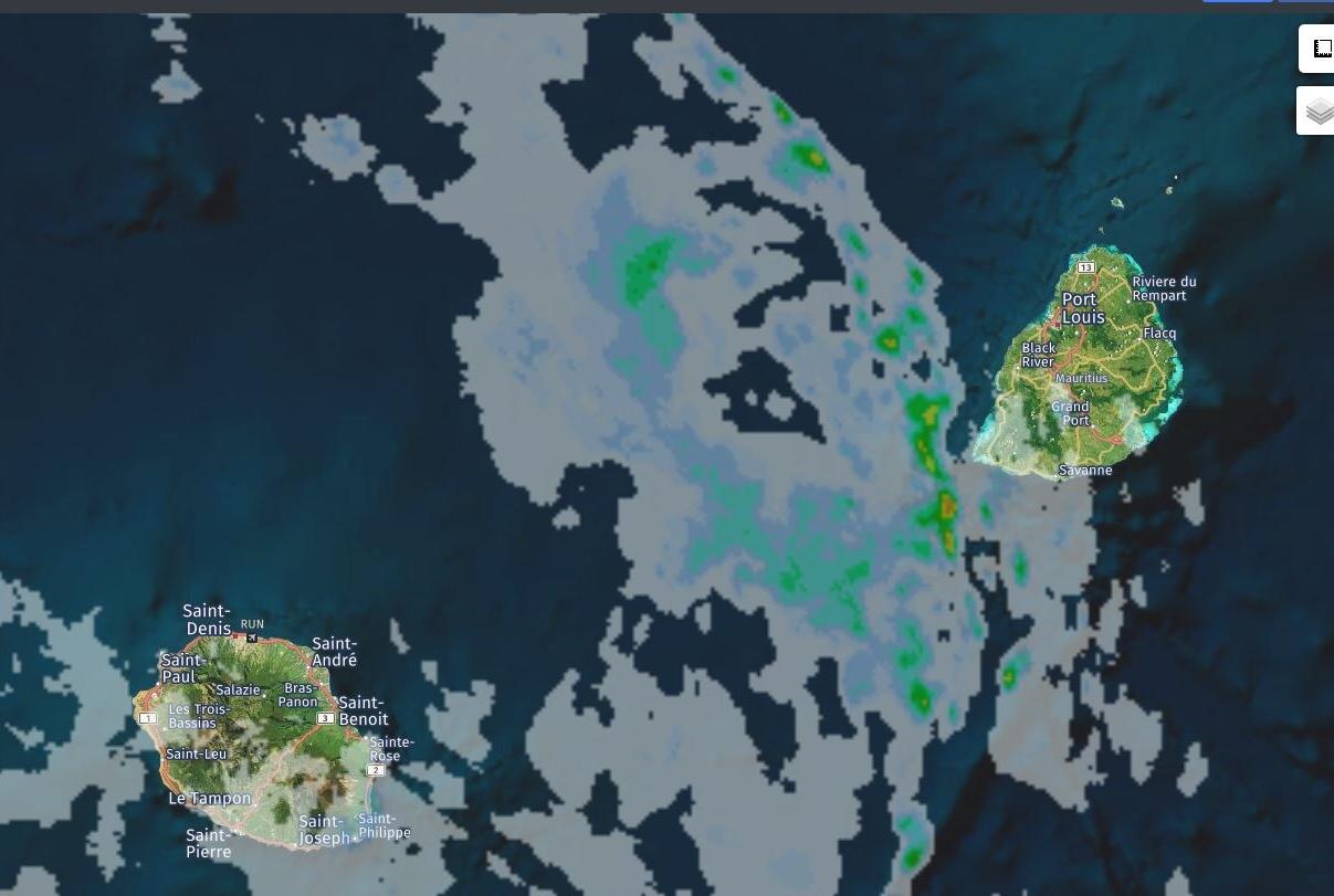 15h55: radar de Météo France: les nuages assez actifs s'approchent de Maurice par l'ouest. Crédit https://www.meteoi.re