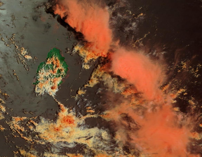 Maurice capturée par le satellite Terra à 10h45. Des nuages actifs sont déjà notés sur le sud est et sur l'est du plateau central. Des nuages actifs sont en mer et sont sous surveillance.