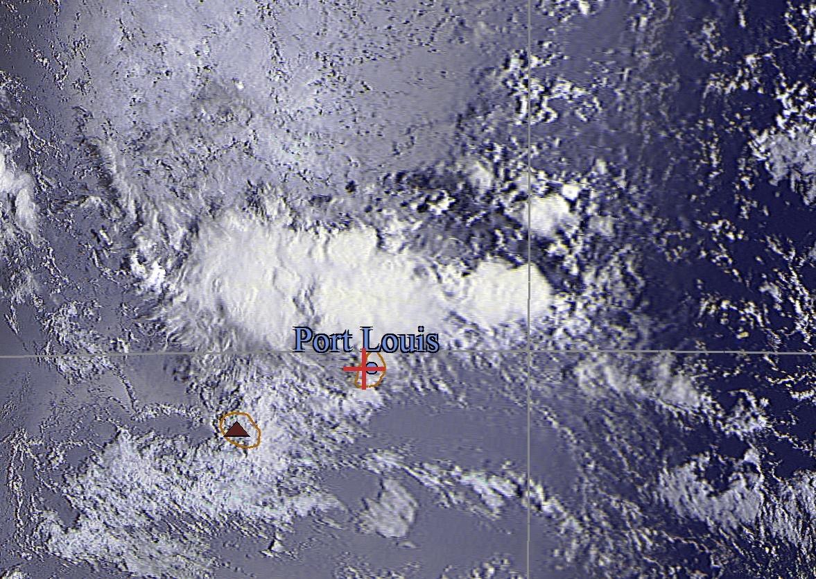 09h16: Satellite russe Meteor M2 reçu par Jacques Gentil/4Bornes. On voit bien les nuages qui persistent en mer au nord de Maurice.