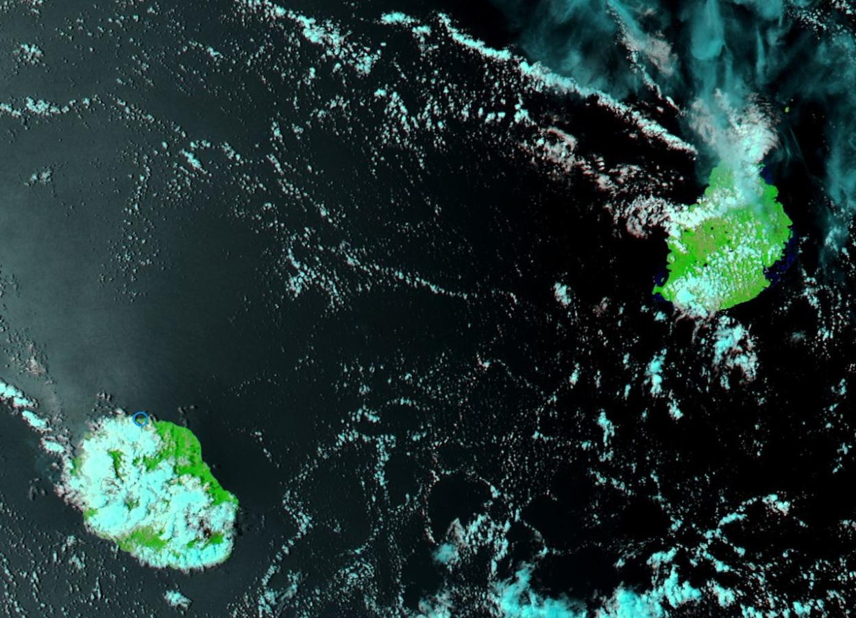 Les Iles Soeurs capturées par le satellite Aqua à 14h. On entrevoit le volcan à la Réunion. Peu de nuages sur Maurice.