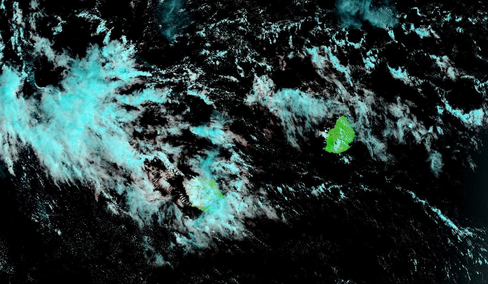 Même image satellite que la précédente avec un traitement couleur différent et un plan de vue plus large.