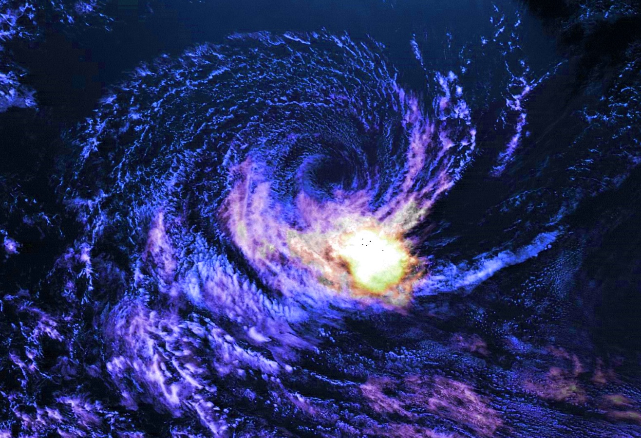 """Le 02 Février à 10h. Jolie circulation résiduelle pour RILEY(11S) alors au niveau de 94°est. Satellite géostationnaire chinois Fy2G. Crédit image A.Banks, image que j'ai """"enhanced""""."""