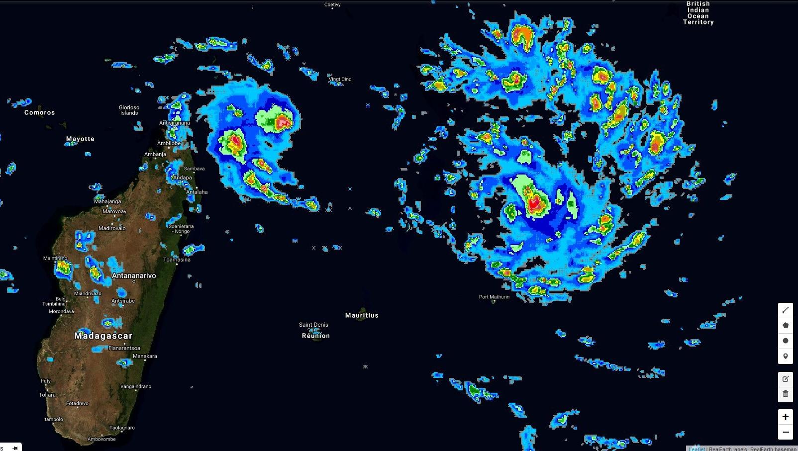 Satellite 17h30. 12S sur la droite est un système de taille normale alors que 97S est beaucoup plus compacte. Les pluies n'ont pas encore touché Rodrigues mais se rapprochent.