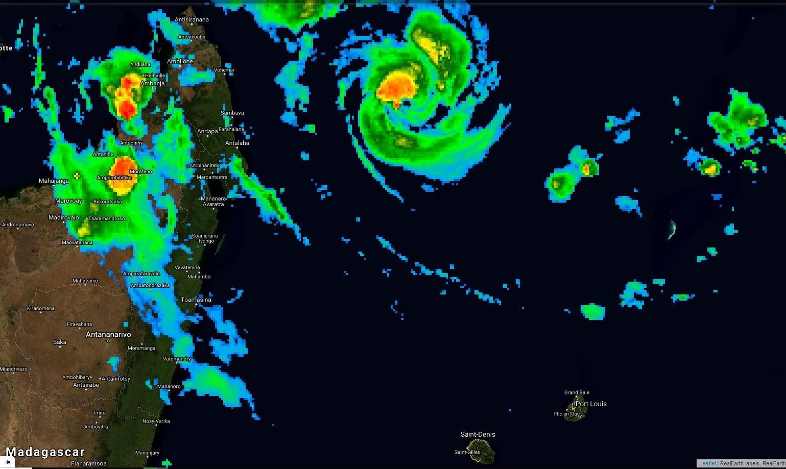 Photo satellite de 22h. Le petit oeil de GELENA(13S) est bien visiible. Le cyclone est de petit diamètre. Des bandes en périphérie touchent plusieurs régions de Madagascar avec des pluies orageuses parfois fortes et de fortes rafales.
