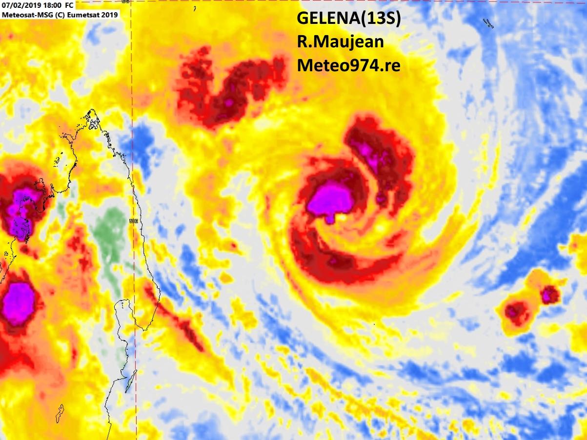 Photo satellite de 22heures. La convection s'intensifie à nouveau près du centre.