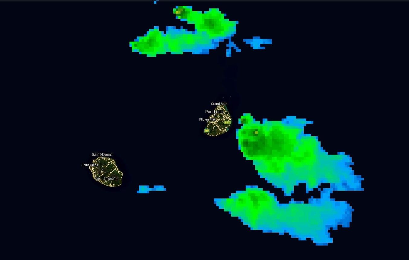 Photo satellite de 9h. Maurice encadrée par des nuages actifs.
