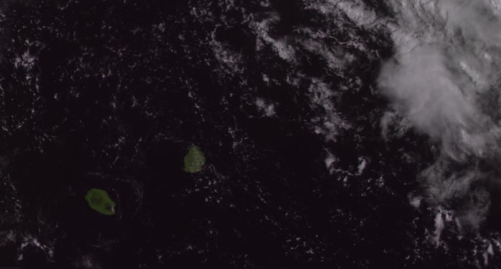 Satellite géostationnaire russe à 9h ce matin. Encore une superbe matinée comme les deux précédentes sur les Iles Soeurs avec des températures qui grimpent vite. Caliente! Les nuages vont bourgeonner avec un risque orageux  cet après midi. Zone d'instabilité au nord-est de Rodrigues.