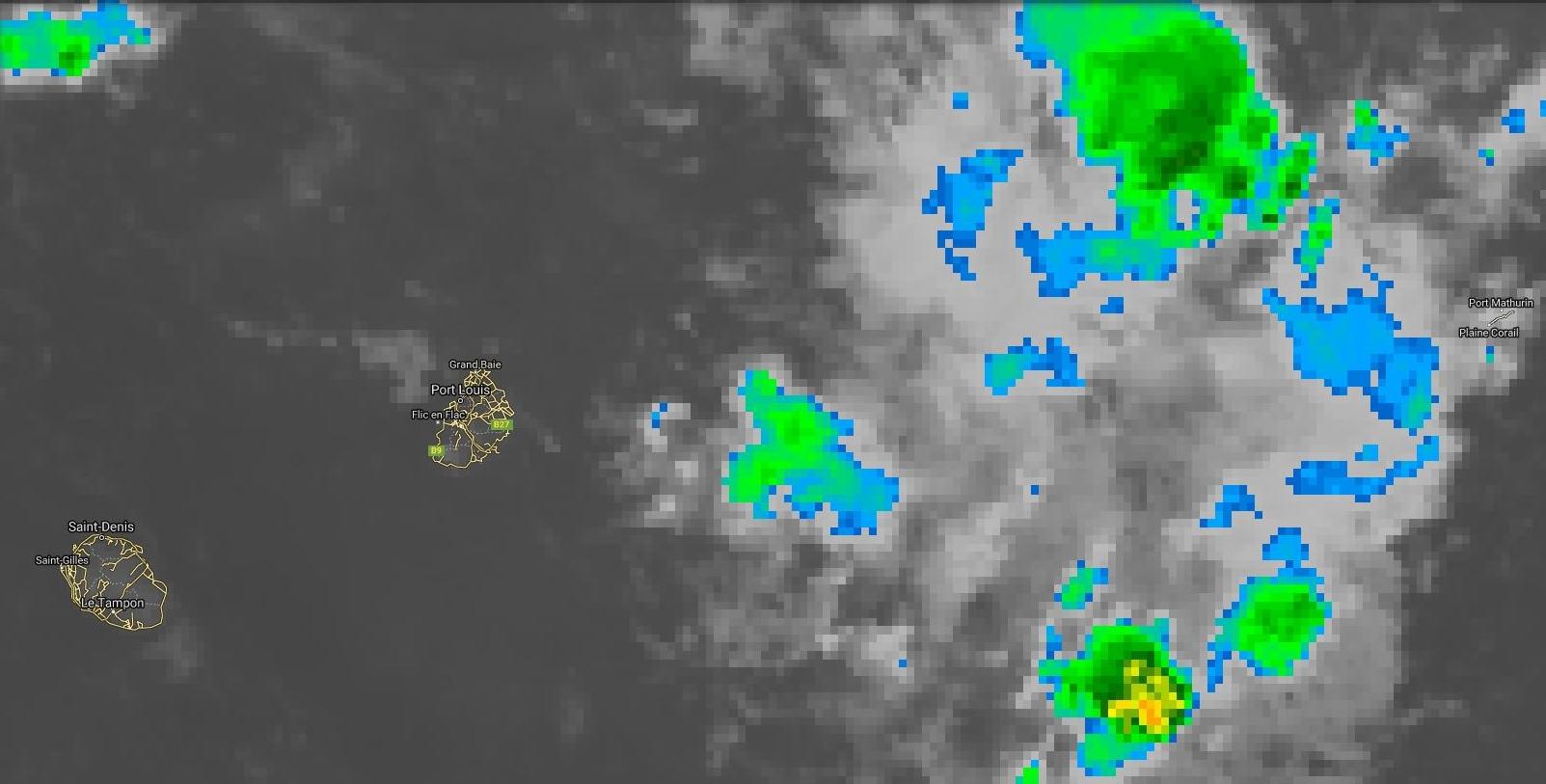 05h: la zone d'instabilité modérément active s'approche de Maurice par l'est. Bonnes averses sur Rodrigues la nuit précédente avec 51.4mm en quelques heures à Plaine Corail.