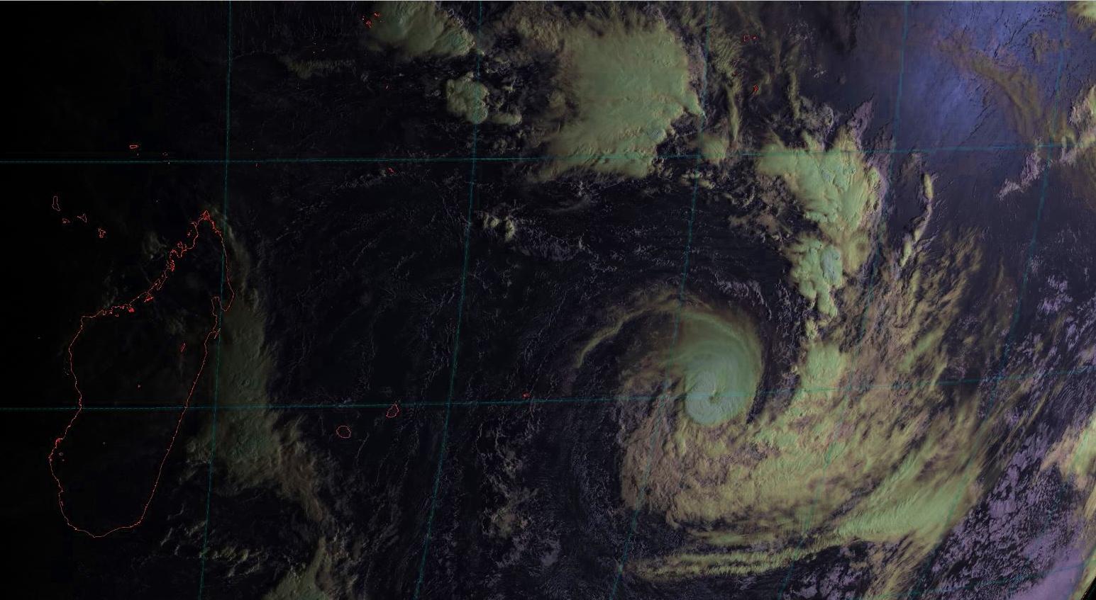 Vue large de la zone à 7heures: les Mascareignes situées dans le quadrant ouest du cyclone sont dans une zone sèche.