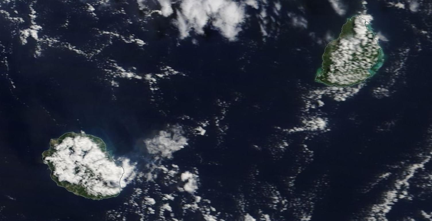 Les Iles Soeurs vues à 11h par le satellite Terra. Après une superbe première partie de matinée les nuages ont vite bourgeonné occasionnant des averses locales avant midi sur la Réunion et Maurice.