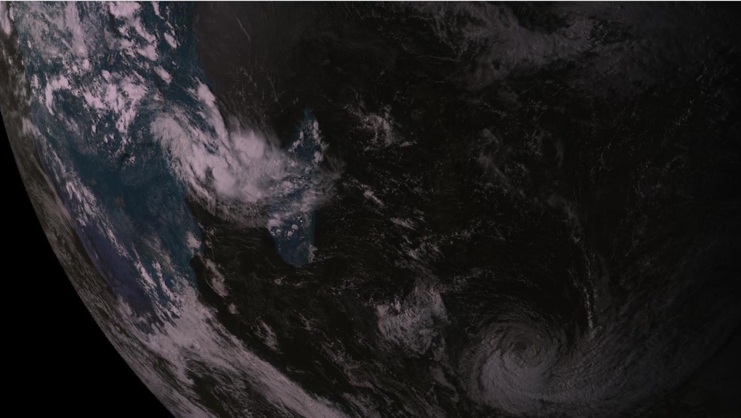16h30: plan large du satellite russe. En bas à droite de l'image l'ex cyclone tropical intense HALEH. A l'ouest de Mada sur le Canal de Mozambique on suit 98S qui va probablement se développer sur le canal ces prochains jours.