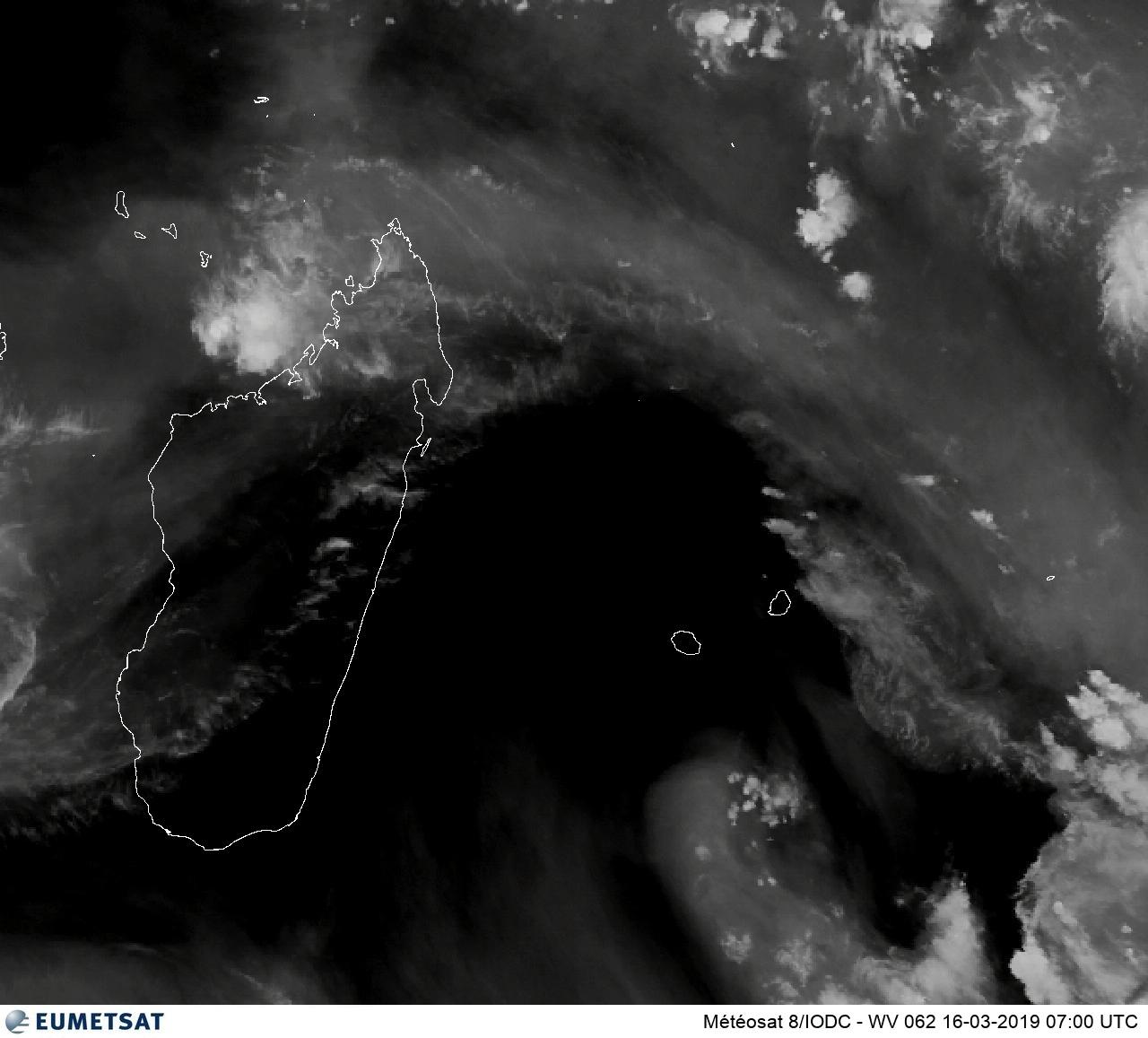 Météosat à 11heures: la Réunion est engluée dans une masse d'air sèche, un peu moins sèche à Maurice et sensiblement moins sèche à Rodrigues.