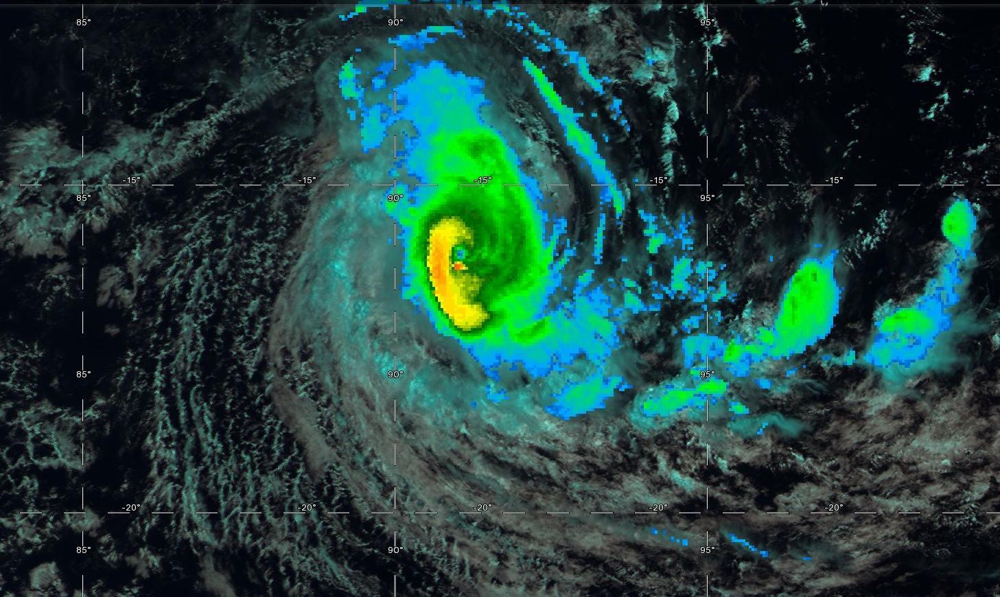 07h ce matin. Le petit oeil du cyclone gagne en définition. Le cyclone s'intensifie tout proche de 90°Est.