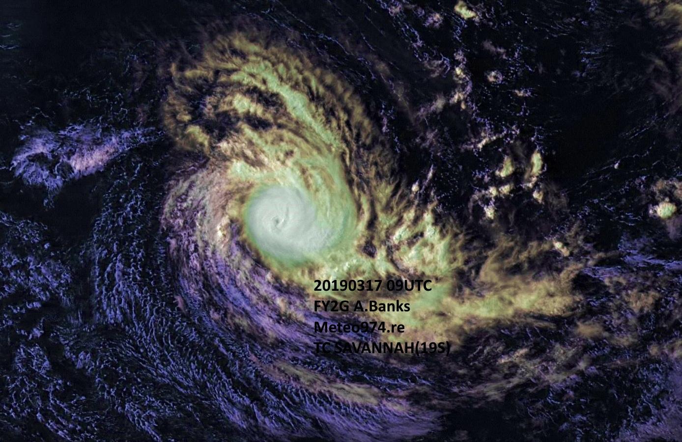 Le cyclone SAVANNAH(19S) vu en début d'après midi(13heures) de Dimanche par le satellite chinois Fy2G.  Des bandes périphériques dans les basses couches de l'atmosphère définissent la circulation cyclonique mais le coeur du système est compacte avec un peit oeil partiellement recouvert de nuages.
