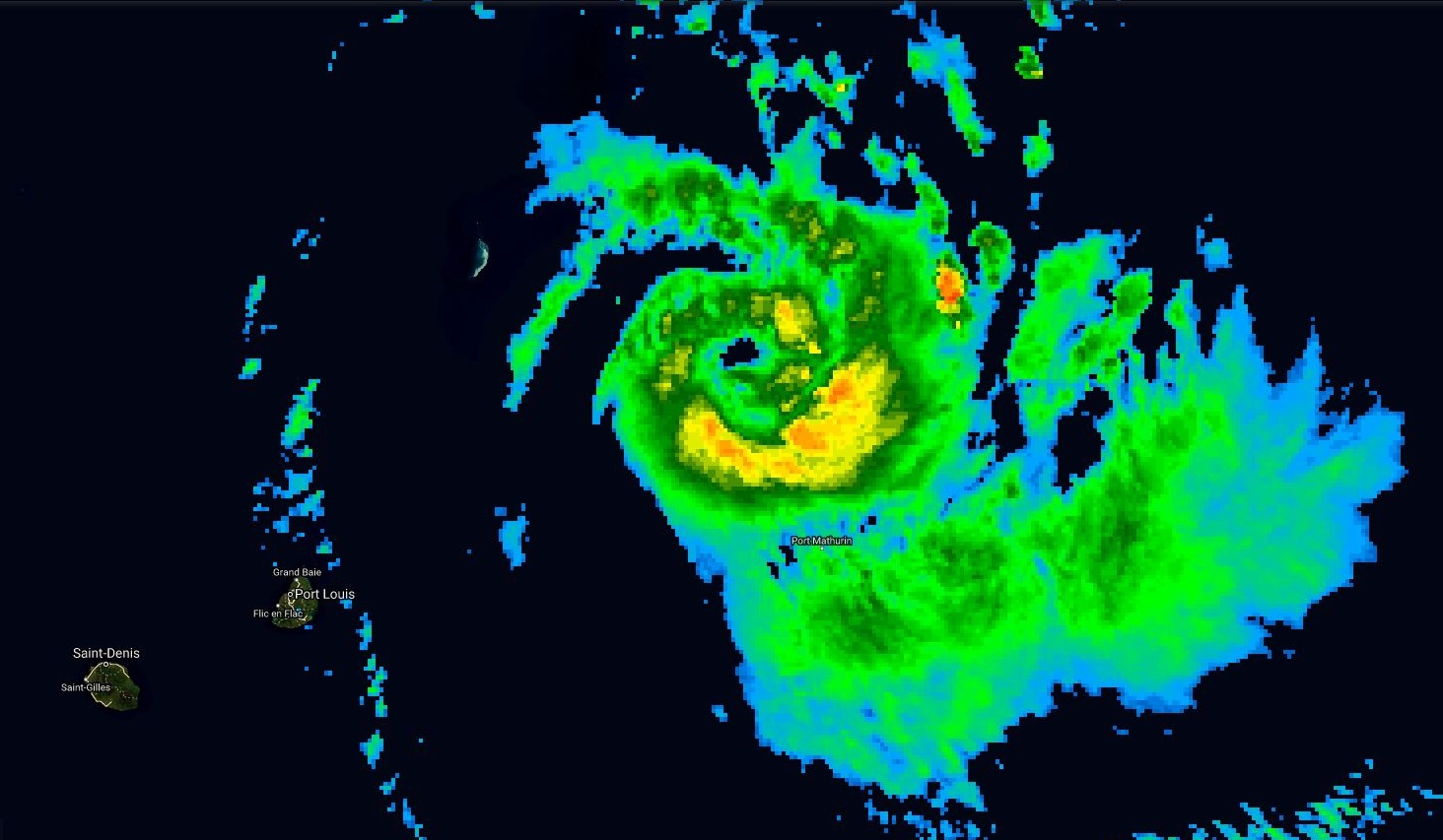 Photo satellite de 09h ce matin. L'oel est bien visible et les nuages qui le ceinturent sont plus actifs. Le cyclone montre des signes d'intensification.