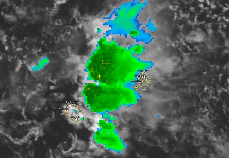 Image de 13heures. La zone pluvio-orageuse stationne à l'ouest de Maurice. Pour ce soir je garde un oeil attentif sur la situation et je m'ajusterai si nécessaire notamment pour Maurice si les nuages orageux situés à l'ouest de l'île venaient à bouger vers elle. Je suis vigilant.