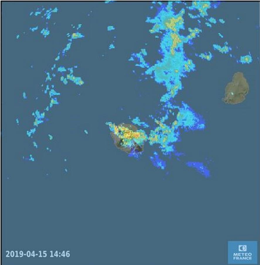 Image radars de Météo France à 14h46. Nombreux échos parfois intenses qui laissent l'extrémité nord de la Réunion à l'abir pour le moment tout comme le littoral ouest et sud-ouest. Crédit image: MFOIndien.