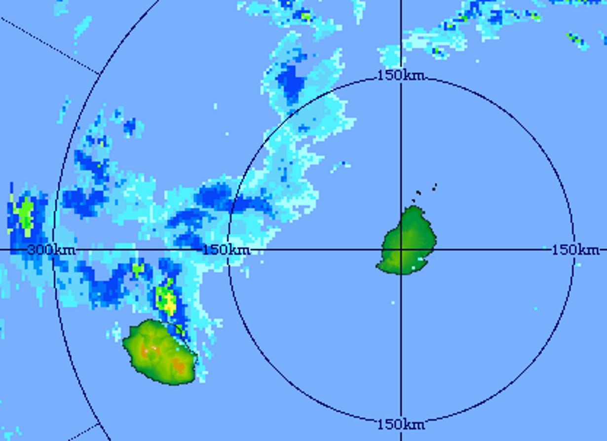20h01: image du radar de Trou Aux Cerfs: nuages orageux intenses juste au nord-est de la Réunion. Crédit image: MMS