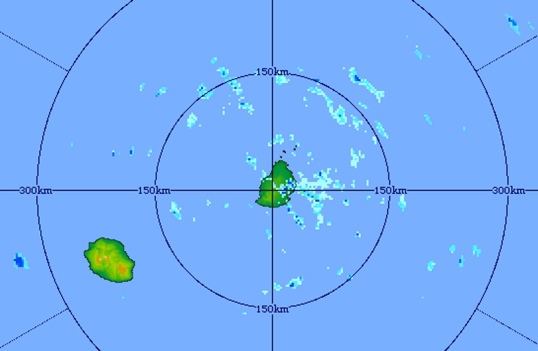 20h01: image du radar de Trou Aux Cerfs centrée sur les Iles Soeurs. Les averses sont plus fréquentes à proximité de Maurice.