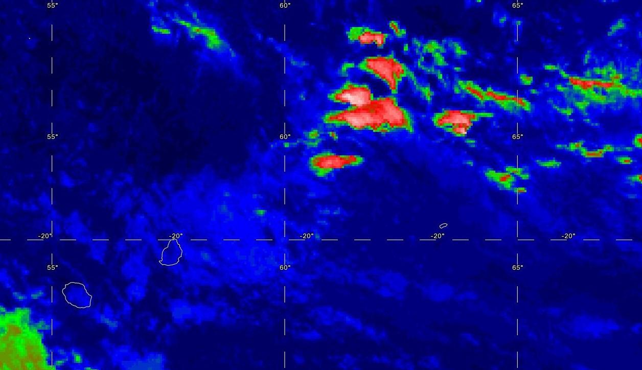 19h: la photo satellite montre des nuages de basses couches(basse altitude) à proximité est de MAURICE. Des nuages plus actifs tendent à se développer au nord-ouest de RODRIGUES et pourraient apporter une dégradation pluvieuse voire orageuse sur les Iles Soeurs Dimanche en fin de journée et la nuit suivante.