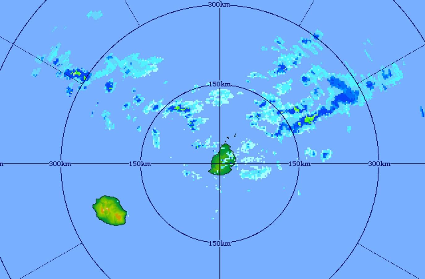 23h01: image du radar de Trou Aux Cerfs centrée sur les Iles Soeurs. Des nuages plus actifs s'approchent de MAURICE par l'est nord-est.