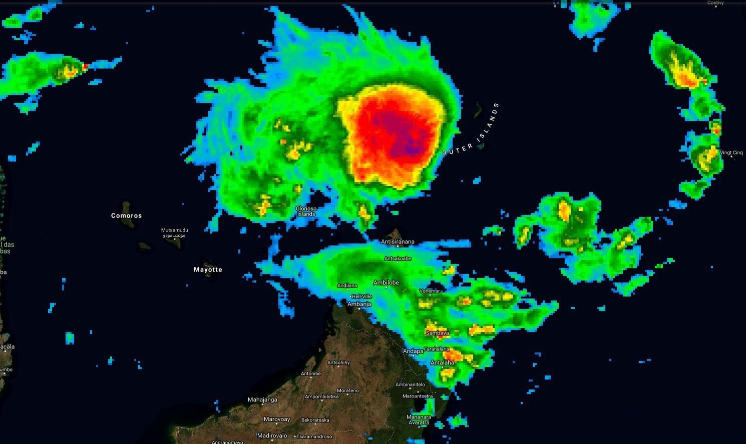 Photo satellite à midi. 24S s'organise rapidement au nord de la pointe nord de Madagascar. La partie centrale du système est bien organisée avec de la convection intense.