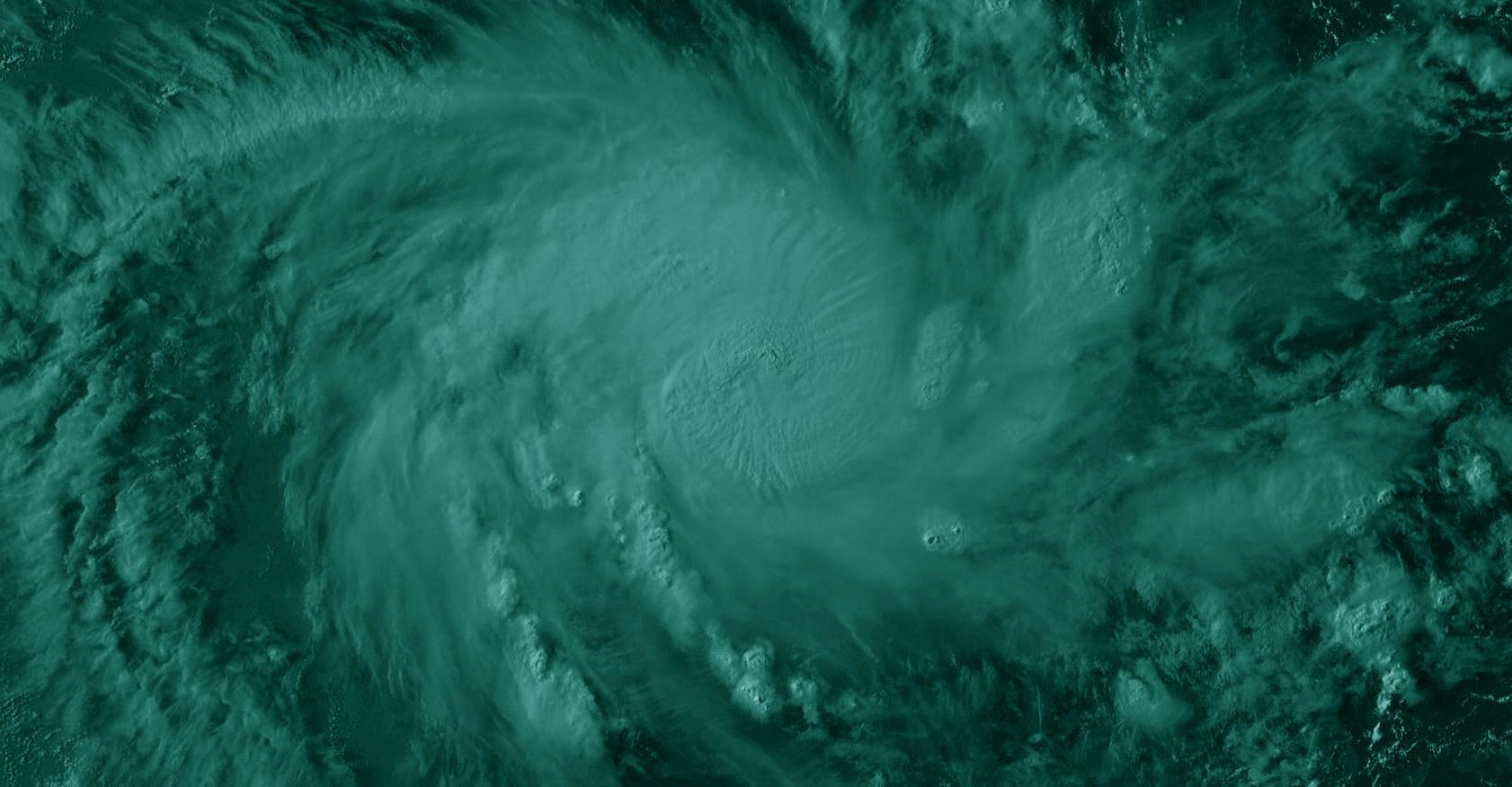 On devine l'oeil du cyclone sur cette image Meteosat dans le canal visible à 16h/Comores. L'oeil est parfaitement visible sur les images micro-ondes.
