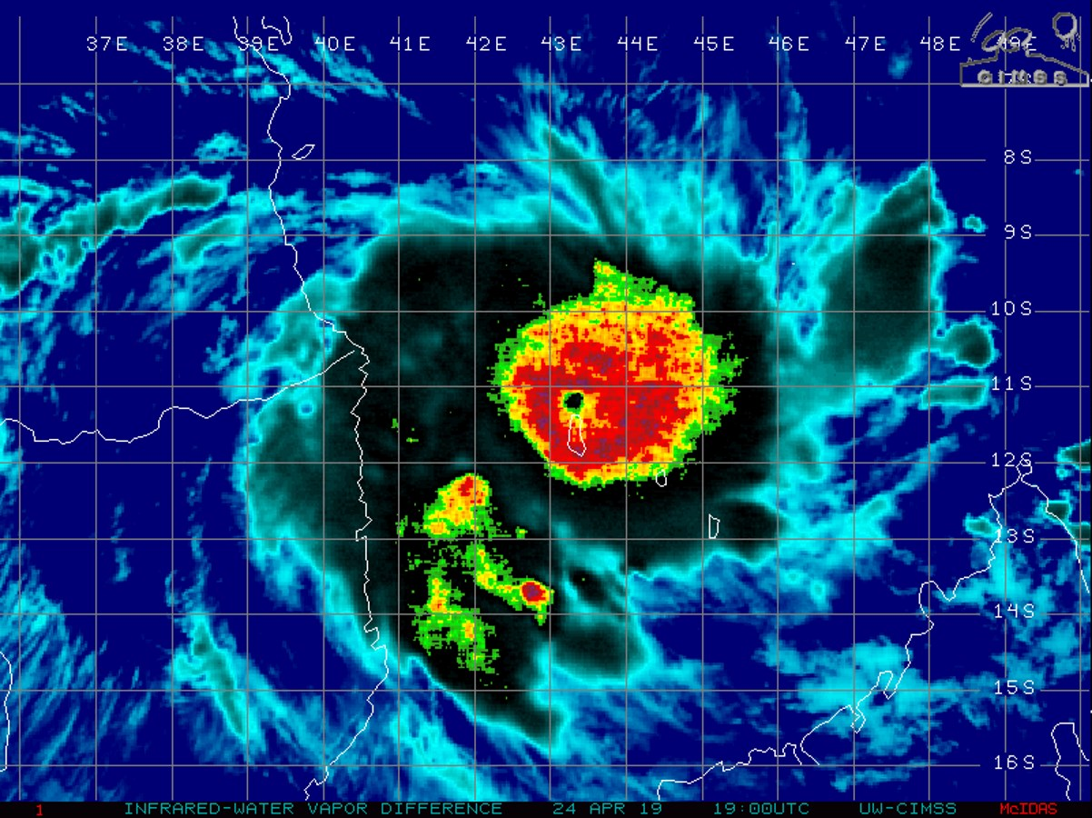 21UTC: TC KENNETH(24S) now category 3 US, tracking 15/20km north of Grande Comore, still intensifying, approaching Mozambique