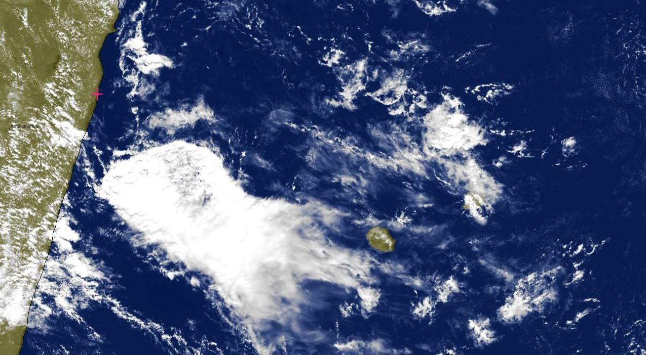 Photo satellite de 13h15: la zone pluvio-orageuse est bien visible entre MADA et la REUNION. Nuages élevés dans le ciel réunionnais. Des bandes faiblement actives arrivant par le nord-est touchent MAURICE. Des averses sont probables cet après midi.
