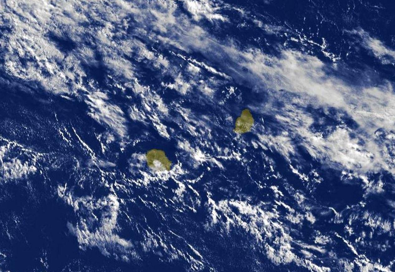 Photo satellite de 8h30: les nuages circulant à proximité des Iles Soeurs sont en général peu assez actifs.