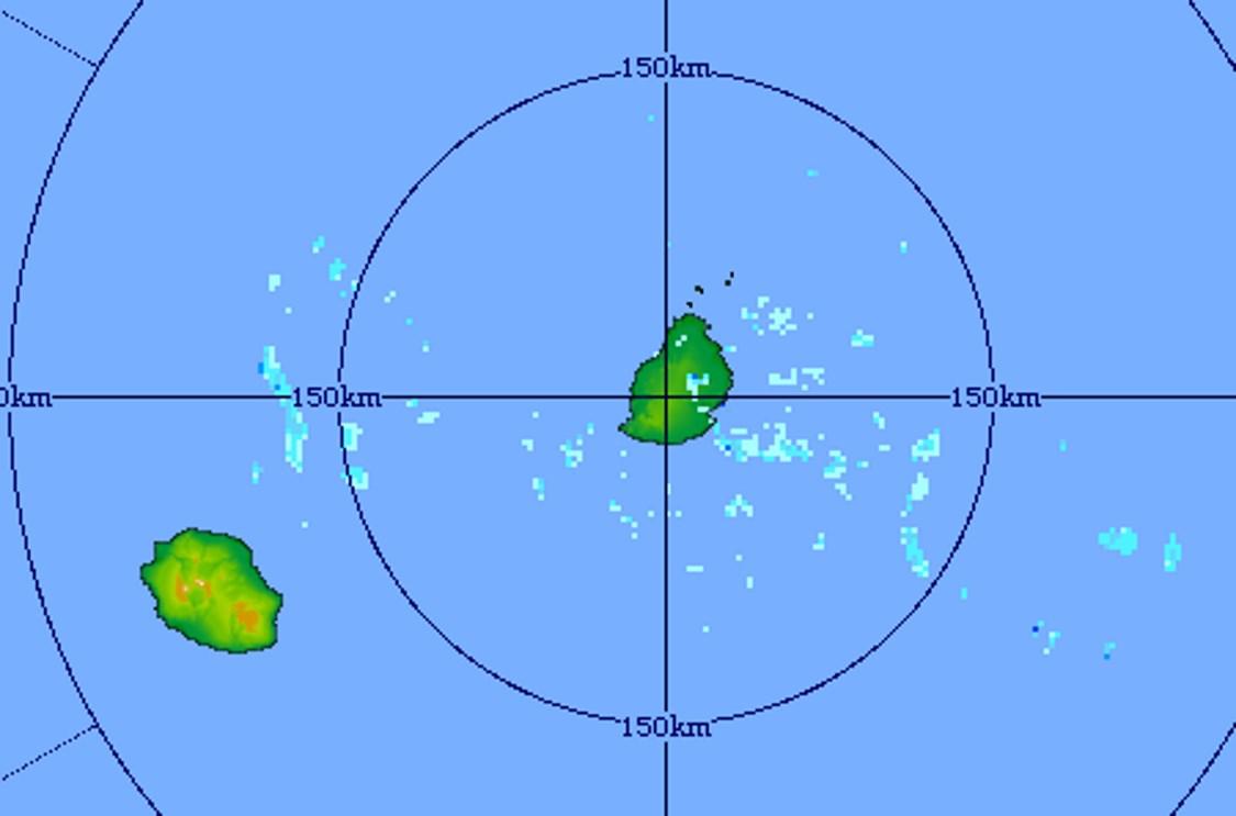 10h41: image du radar de Trou Aux Cerfs centrée sur les Iles Soeurs. La masse d'air est moins sèche qu'hier. Des nuages d'alizeé porteurs de petites averses sont détectés sur la zone. Crédit image MMS