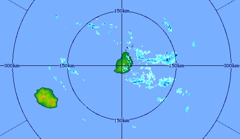 07h41: radar de Trou Aux Cerfs. Des bandes pluvieuses arrivent sur MAURICE par l'est. La REUNION est dans une zone plus dégagée. Crédit image MMS