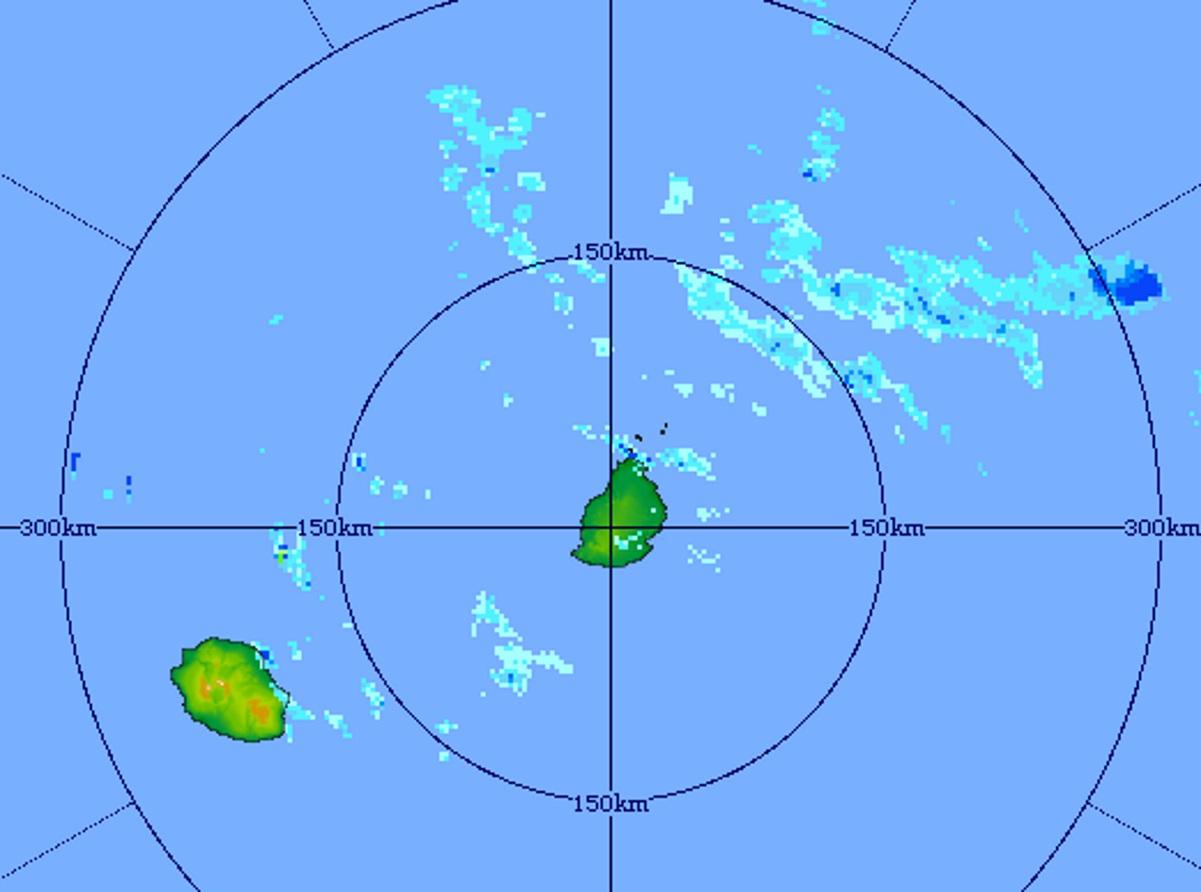 21h11: Image radar de Trou Aux Cerfs: poussés par les alizées des nuages porteurs d'averses touchent localement les Iles Soeurs. Crédit image MMS.