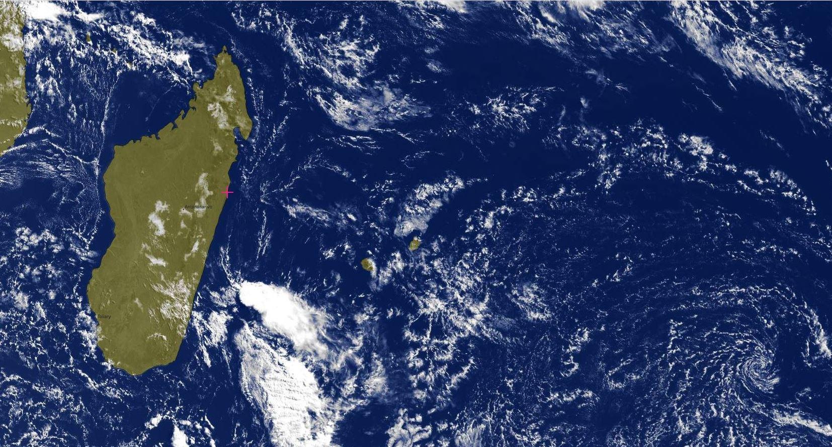09h15: Pas de nuages actifs à proximité immédiate des Iles Soeurs. Madagascar bien ensoleillée en ce Dimanche. En revanche une ligne pluvio-orageuse au large des côtes malgaches pourrait intéresser la REUNION mardi.
