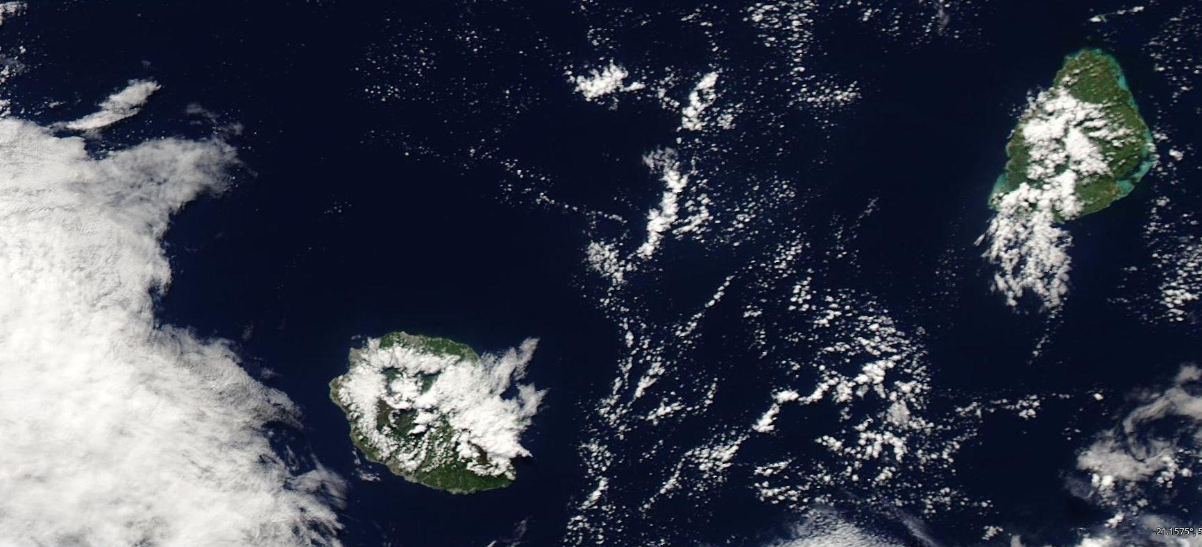 Les Iles Soeurs vues par le satellite Aqua à 14h20 cet après midi. La faible ligne d'instabilité est visible au sud-ouest de la REUNION. Crédit image: NASA
