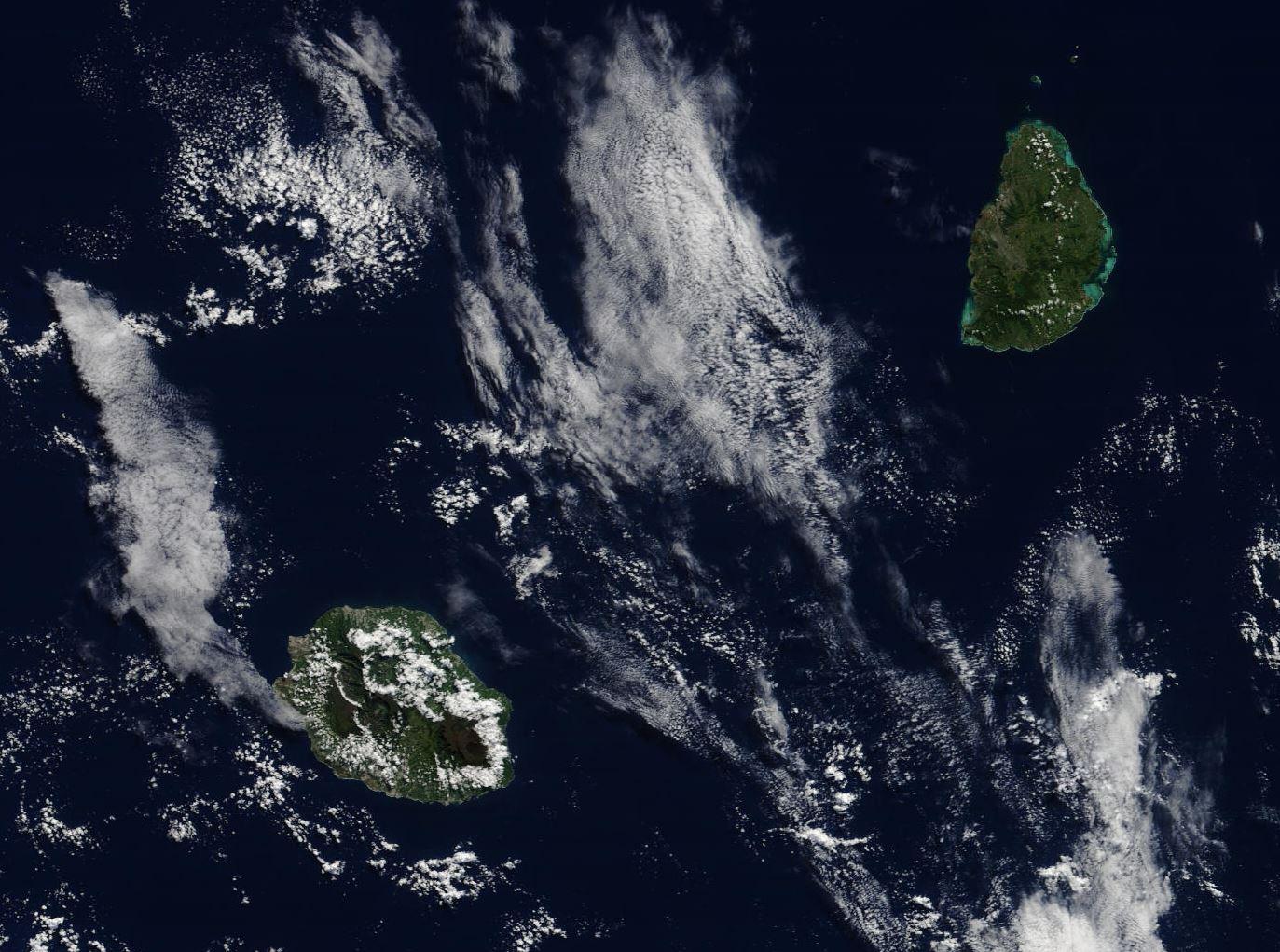 Les Iles Soeurs vues ce matin à 10h35 par le satellite Terra. 250m de résolution.