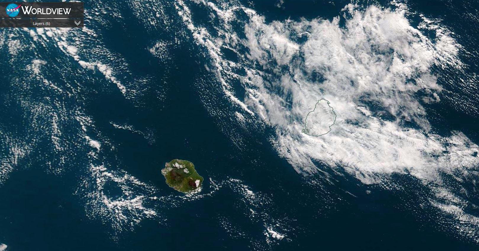Les Iles Soeurs( Réunion et Maurice) vues par le satellite Terra ce matin à 10h10. La Réunion est sous le soleil qui réchauffe l'atmosphère après un petit matin bien frais alors que Maurice est engluée dans des nuages qui stagnent plus ou moins à proximité de l'île. NASA US